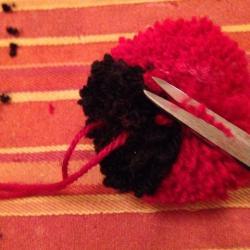 Schritt 13: Marienkäfer Pompon aus Wolle basteln