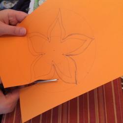 Schritt 8: Blume aus Tonpapier als Unterlage basteln