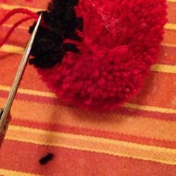 Schritt 14: Marienkäfer Pompon aus Wolle basteln