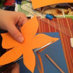 Schritt 11: Blume aus Tonpapier als Unterlage basteln