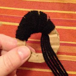 Schritt 6: Marienkäfer Pompon aus Wolle basteln