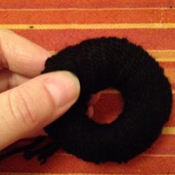 Schritt 4: Raben aus Wolle basteln
