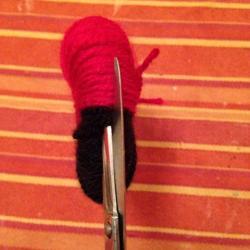 Schritt 10: Marienkäfer Pompon aus Wolle basteln