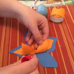 Schritt 15: Blume aus Tonpapier als Unterlage basteln
