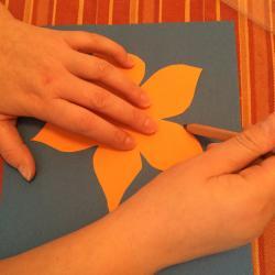 Schritt 10: Blume aus Tonpapier als Unterlage basteln