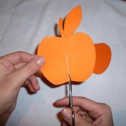 Schritt 3: Dekorativen Apfel als Tischdeko aus Tonpapier basteln
