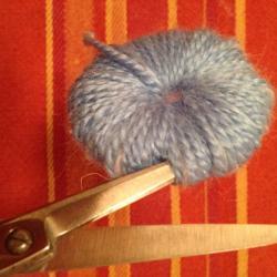 Schritt 5: Raupe aus Wolle basteln