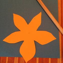 Schritt 12: Blume aus Tonpapier als Unterlage basteln