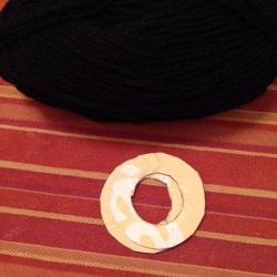 Schritt 2: Raben aus Wolle basteln