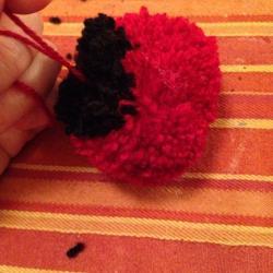 Schritt 11: Marienkäfer Pompon aus Wolle basteln