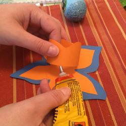 Schritt 22: Blume aus Tonpapier als Unterlage basteln