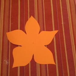 Schritt 9: Blume aus Tonpapier als Unterlage basteln