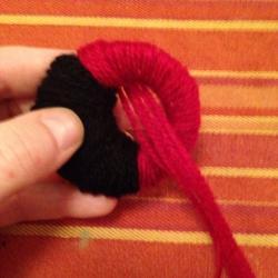 Schritt 8: Marienkäfer Pompon aus Wolle basteln