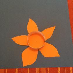 Schritt 17: Blume aus Tonpapier als Unterlage basteln