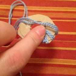 Schritt 2: Raupe aus Wolle basteln