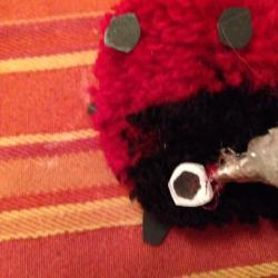 Schritt 18: Marienkäfer Pompon aus Wolle basteln